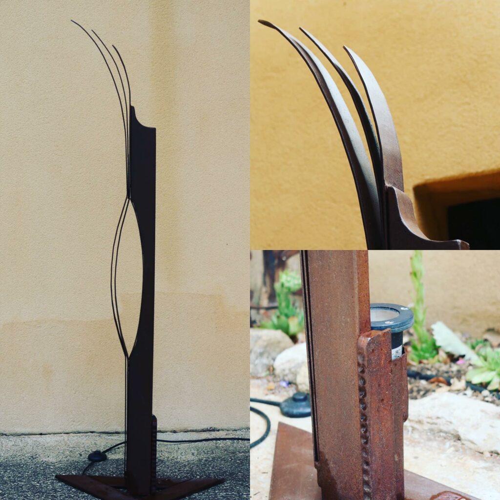 Luminaire fait avec du tube métallique et des objets de récupération