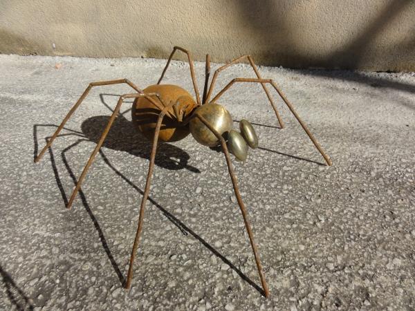 araignée faite à partir d'éléments de voitures et vieilles poignéesi