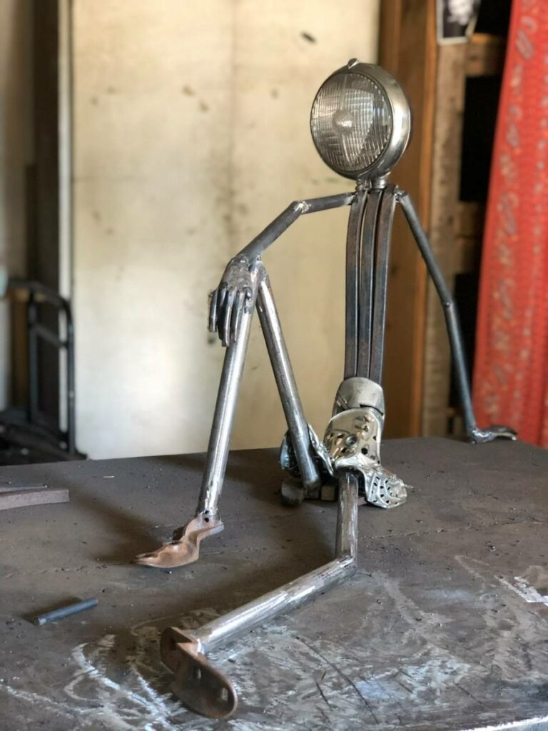 Lampe réalisée à partir d'un ancien phere de moto et de vieux éléments agricoles