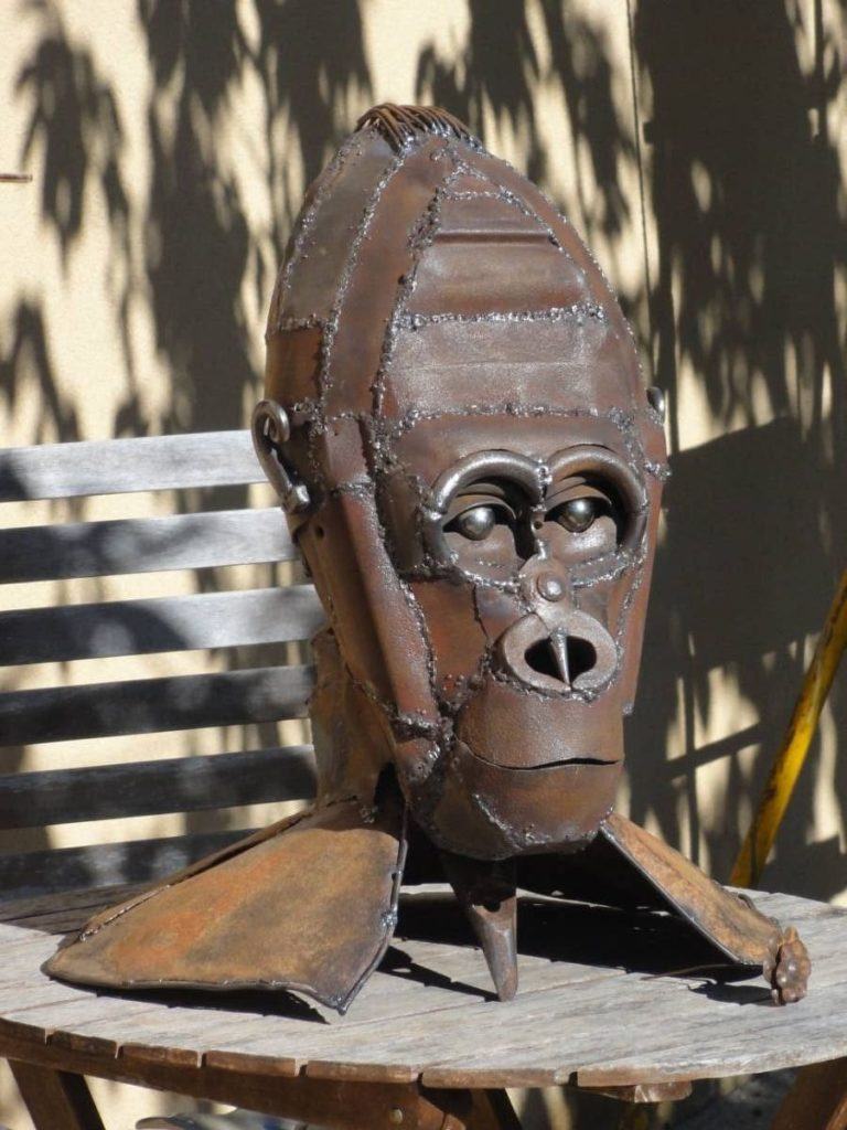 Tête de Gorille réalisé avec de la terre pour le moule et ensuite des bouts de métaux et des outils