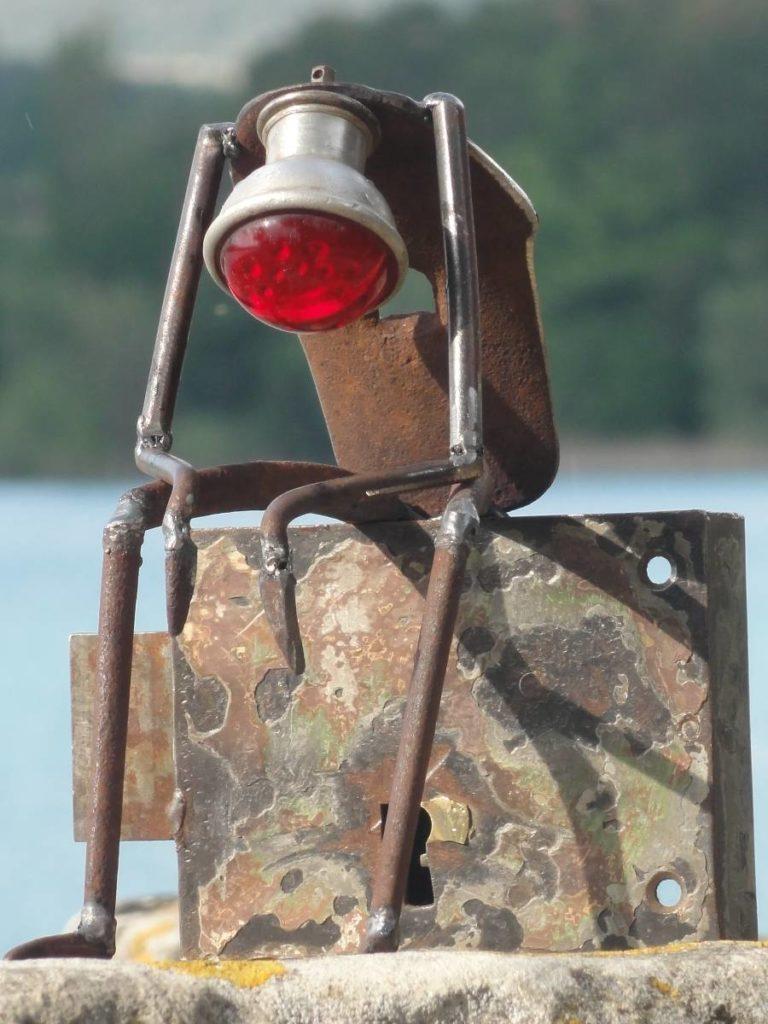 réalisé à partir d'une serrure et d'un vieux phare de vélo