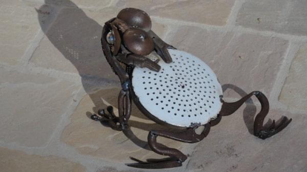 Sculpture réalisée à partir d'une louche et des éléments de récupération agricoles