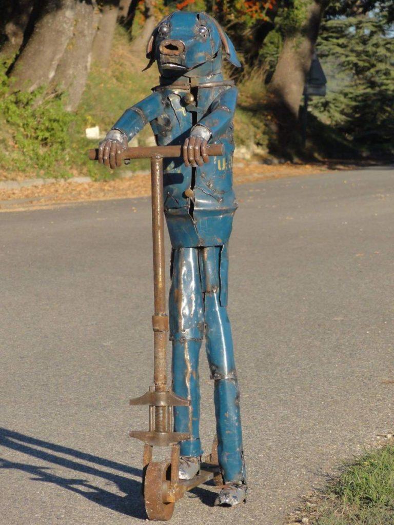Ce chine a été fait a partir de vieilles roues de charettes et de la tôle de couleur bleue