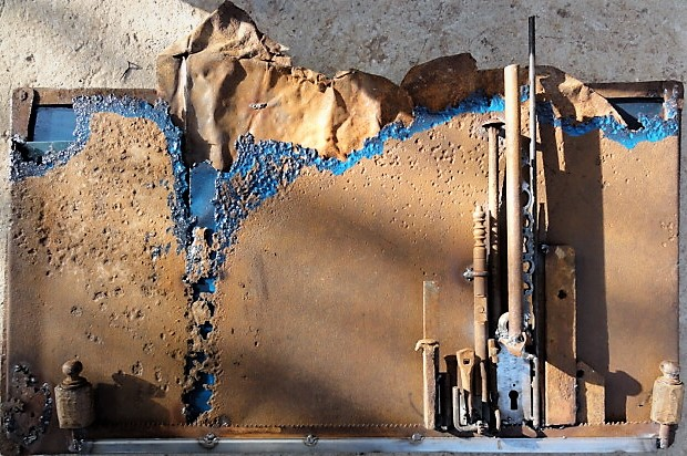 tableau métallique réalisé avec des bouts de métaux et de la récupération d'objets divers
