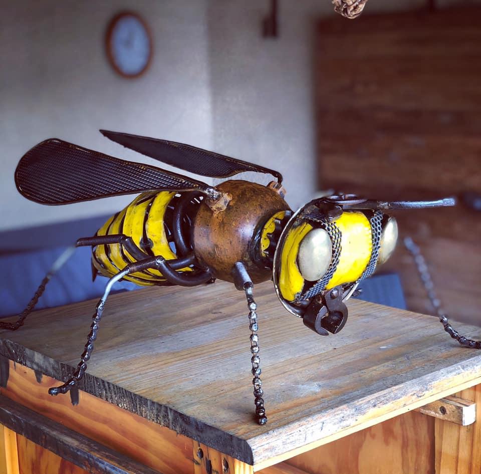 guepe ou abeille à partir d'éléments de récupérations . Fait avec des poignées de portes , tenaille, chaine.