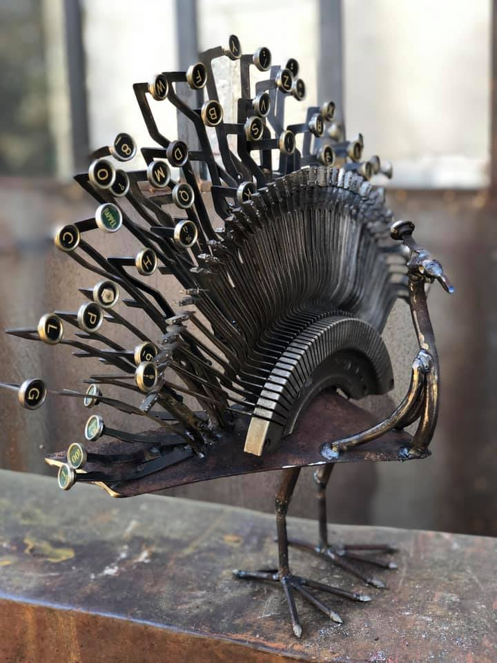 Paon réalisé avec une machine à écrire de récupération , en métal, sculpture